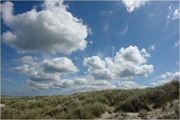 Dünen und Wolken und herrliches Wetter an Dänemarks Nordseeküste
